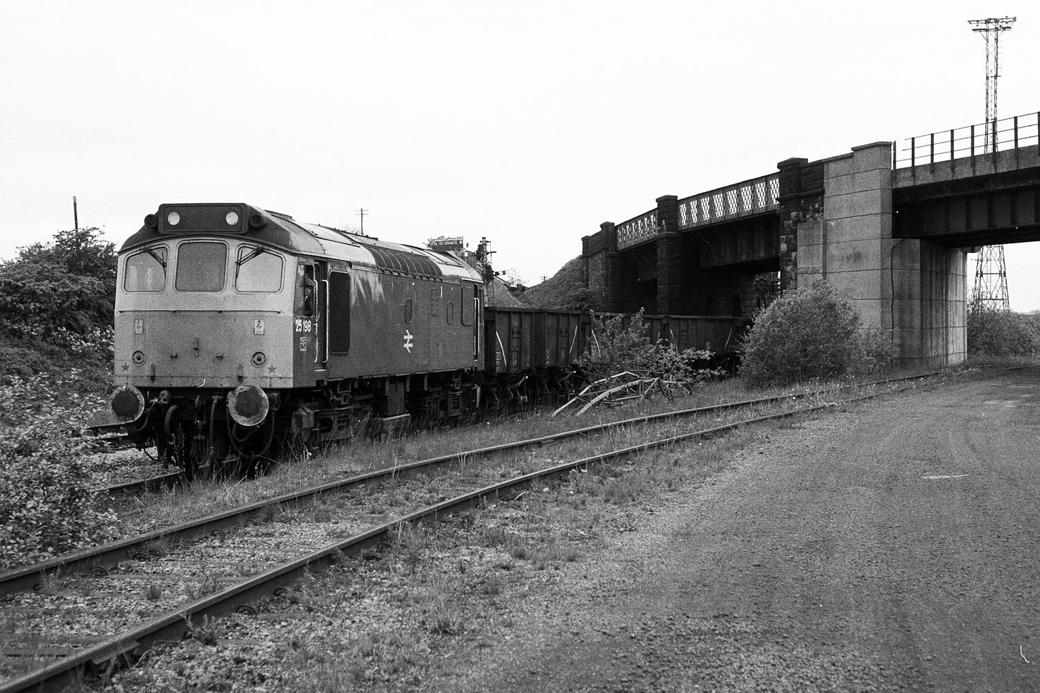 25 198 consett low yard with scrap wagons 26-5-82